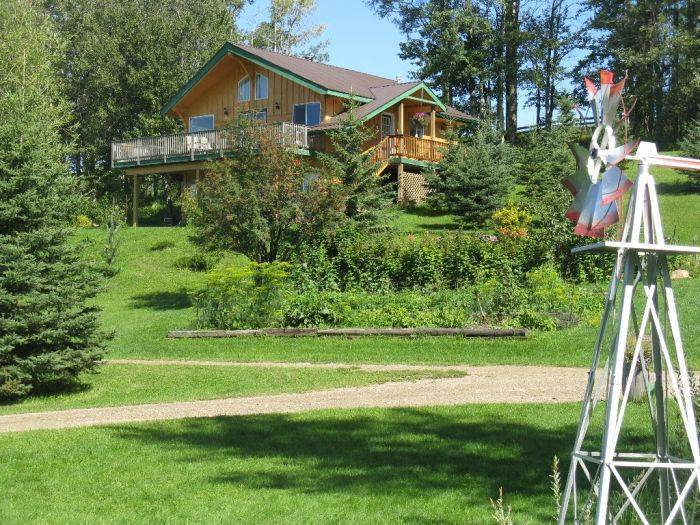 Hidden Springs Retreat and Guest House, Winfield, Alberta, open air bnb and hostels in Winfield