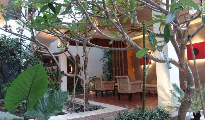 Frangipani Fine Arts Hotel - Get cheap hostel rates and check availability in Tuol Tumpung 10 photos