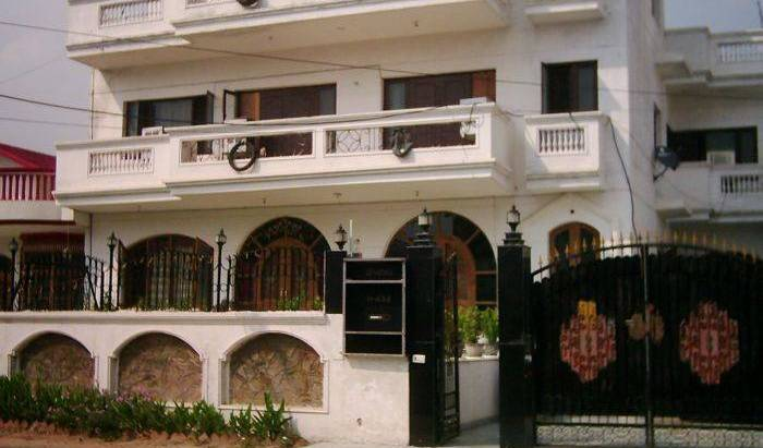Kohinoor Bed and Breakfast, family friendly hostels in Gurgaon, India 6 photos