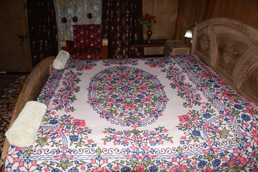 New Bul Bul Group Of Houseboats, Srinagar, India, backpackers gear and staying in hotels or budget bed & breakfasts in Srinagar