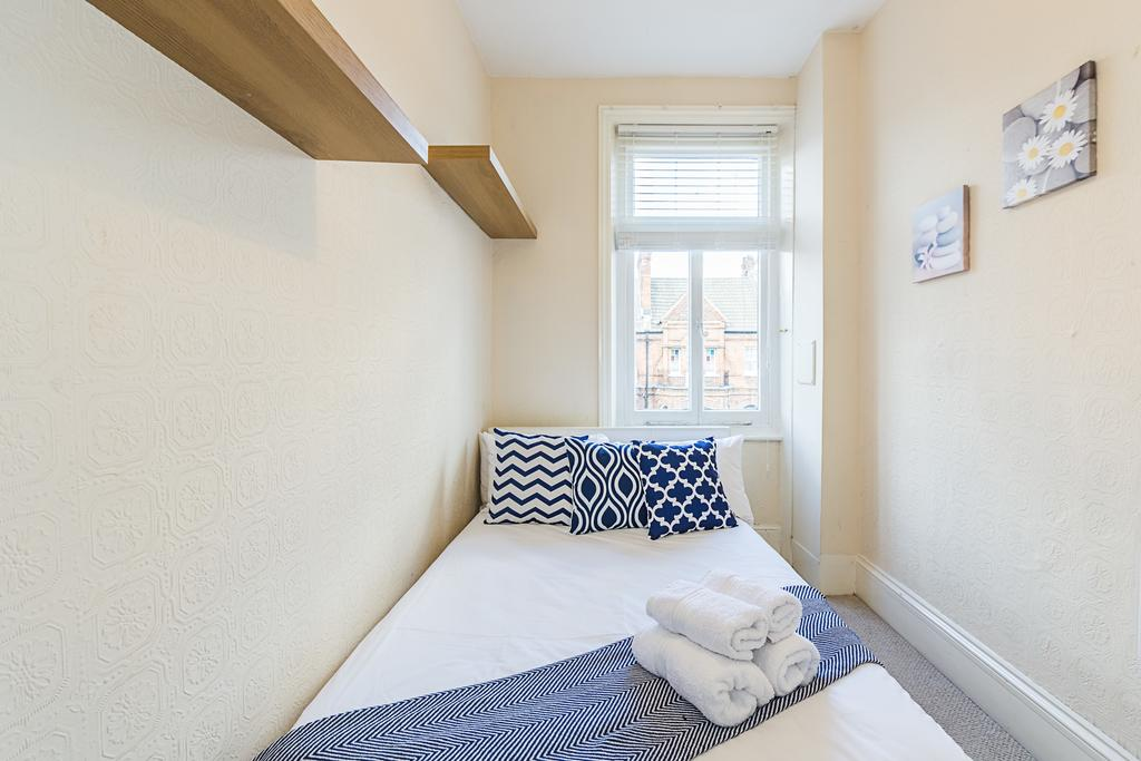 Bright West Kensington Flat, City of London, England, how to choose a booking site, compare guarantees and prices in City of London