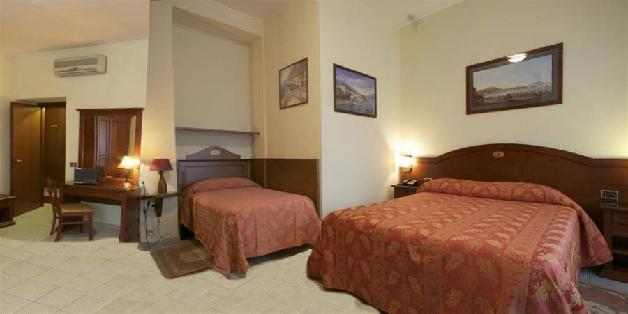 Hotel Pavone, Milan, Italy, pilgrimage hostels and cheap hotels in Milan