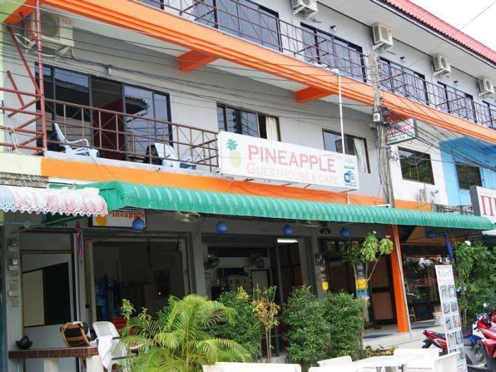 Pineapple Guesthouse, Karon Beach, Thailand, Thailand giường ngủ và bữa ăn sáng và khách sạn